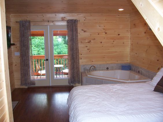 masterbed-Hickory-Cabins